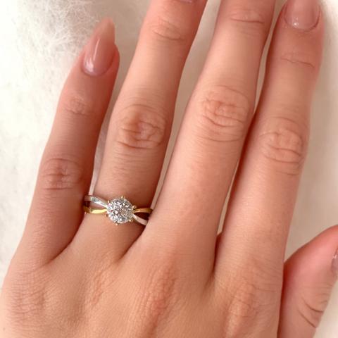 Vakker ring i 9 karat gull med 9 karat hvitt gull